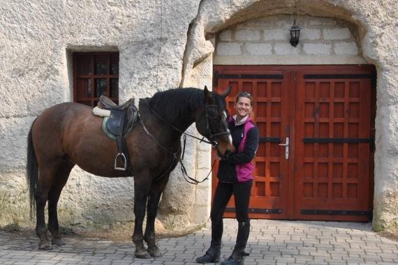 Lóval érkezés a pincéhez